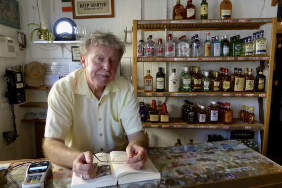 Gary Dow, marchand de vins et de spiritueux. Sa boutique, The Tavern, dans East Bay Street, existe depuis 330 ans, rien de moins. (Photo Fabienne Couturier, La Presse)