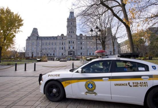 Des policiers de la Sûreté du Québec montent la gardent devant l'Assemblée nationale, à Québec. (Photo Jacques Boissinot, La Presse Canadienne)