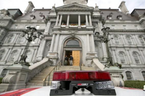 Présence policière devantl'Hôtel de Ville deMontréal. (PHOTO HUGO-SEBASTIEN AUBERT, LA PRESSE)