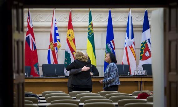 Des députés du NPD se réconfortent après la journée tragique de mercredi. (Photo André Pichette, La Presse)