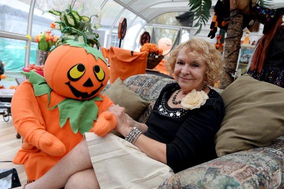 Lisette Boily, 71 ans, de Beauport, décore sa maison pour l'Halloween depuis 33 ans. (Le Soleil, Erick Labbé)