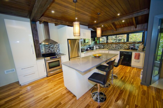 La cuisine est installée au rez-de-chaussée. Les parquets, comme tous ceux de la propriété, sont en bois brésilien qui s'apparente à une essence tigrée. (Photo André Pichette, La Presse)