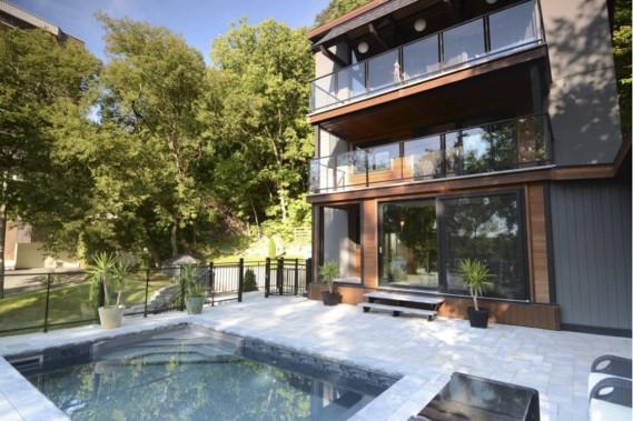 Une piscine a été ajoutée à l'avant de la maison, face à la rivière. (Photo courtoisie)