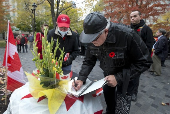 Il était également possible de signer le livre de condoléances. (PHOTO ROBERT SKINNER, LA PRESSE)