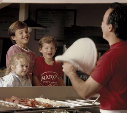 Chez Mary's les enfants peuvent créer leur pizza selon leurs goûts. (Photo tirée de la page Facebook de Mary's)