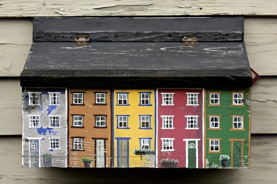 Les maisons sont caricaturées sur les boîtes aux lettres des résidants de Saint John's. (Photo Bernard Brault, La Presse)