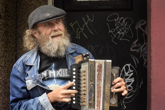 Au centre-ville, Water est une autre rue commerçante très fréquentée. On peut y croiser ce joueur d'accordéon. (Photo Bernard Brault, La Presse)