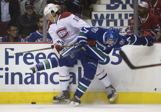 P.A. Parenteau et Henrik Sedin se disputent la rondelle. (Photo PC)