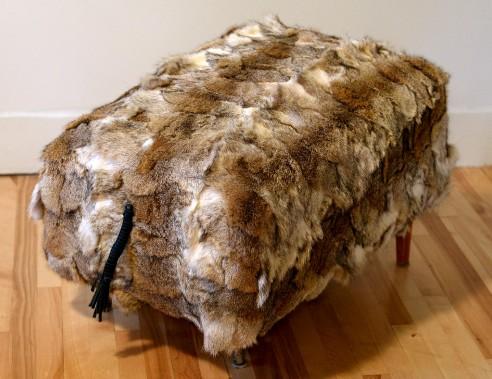François Beauchemin a un faible pour les poufs. Celui-ci est fait avec un manteau de fourrure de lynx recyclé. À noter, le relief de la pièce et la queue tressée avec des cordons. L'angle du meuble offre un meilleur confort pour les pieds. (Le Solei, Erick Labbé)