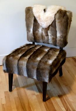 Cette ancienne chaise de coiffeuse reprend du poil de la bête avec son revêtement de fourrure de loutre. L'ajout en renard norvégien donne une touche d'élégance. (Le Solei, Erick Labbé)