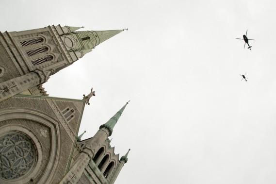 Des hélicoptères militaires ont survolé la co-cathédrale lors des funérailles. (Photo David Boily, La Presse)
