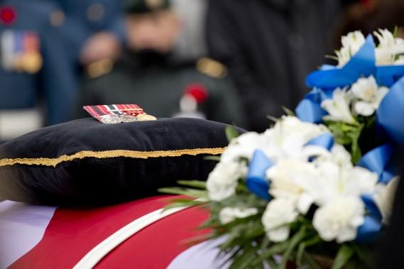 Des fleurs et des médailles sont déposées sur le cercueil de Patrice Vincent. (Photo David Boily, La Presse)