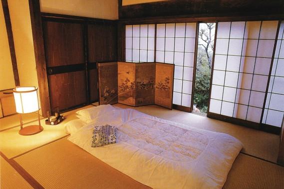 Les shojis, portes coulissantes serties de fenêtres en papier de riz, tamisent la lumière. (Photo archives Le Soleil)