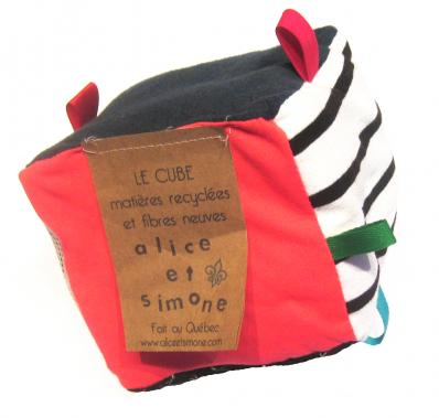 Cube gling-gling à ruban et grelot, matières recyclées à l'extérieur et matériaux neufs à l'intérieur, Alice et Simone, 18$, offert en ligne et dans les points de vente. (Photo fournie par Alice et Simone)