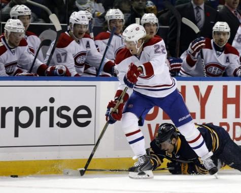 Dale Weise glisse par-dessus Cody Hodgson. (Reuters)