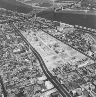 Le Faubourg à m'lasse avait été charcuté dans les années 20 pour construire le pont Jacques-Cartier, puis entre 1953 et 1955, pour élargir la rue Dorchester, qui deviendra le boulevard René-Lévesque. L'équivalent de petites municipalités québécoises a été rayé de la carte en 1963 et 1964 pour faire place à la tour de Radio-Canada et un immense stationnement. Pour les gens qui y vivaient, la disparition de leur quartier a... (PHOTO ARCHIVES VILLE DE MONTRÉAL, TIRÉE DU LIVRE QUARTIERS DISPARUS)