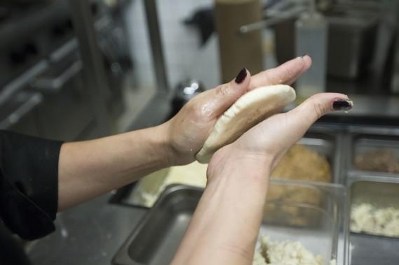 La boule doit être aplatie de façon à former une tortilla d'environ 2 cm d'épaisseur. (Photo Olivier Jean, La Presse)