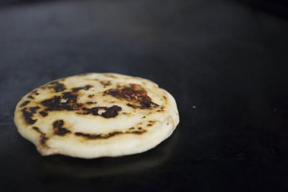 La pupusa doit être cuite sur une plaque en fonte chaude jusqu'à ce qu'elle soit bien dorée. (Photo Olivier Jean, La Presse)