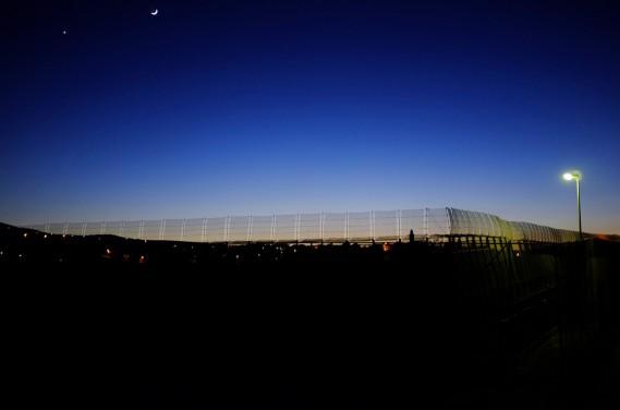 La lune éclaire la clôture qui sépare l'enclave espagnole Melilla du Maroc, le 3 décembre 2013. (PHOTO Juan Medina, ARCHIVES REUTERS)