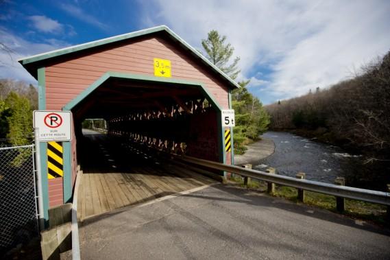 Ce long pont couvert enjambe la rivière Palmer sur le chemin Gosford, non loin de Sainte-Agathe-de-Lotbinière. (Photo Marco Campanozzi, La Presse)