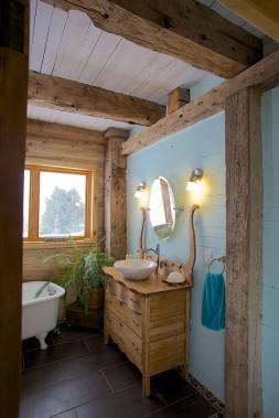 Fausse structure en bois de grange avec réplique d'un meuble antique. (fournie par Espace-Bois)