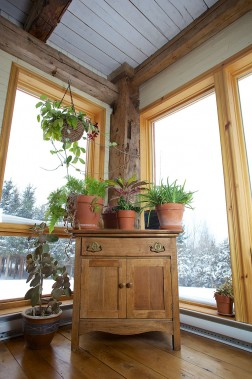 On voit ici un meuble en bois de grange et la structure d'une ralonge d'une maison avec des poutres de grange. (fournie par Espace-Bois)