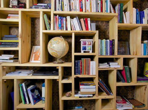 Une bibliothèque sur mesure réalisée avec du bois de grange. (fournie par Espace-Bois)