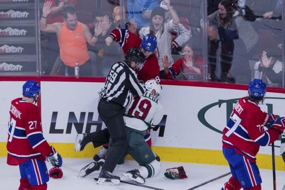 Une bataille éclate entre Nathan Beaulieu et Stéphane Veilleux. (PHOTO EDOUARD PLANTE-FRECHETTE, LA PRESSE)
