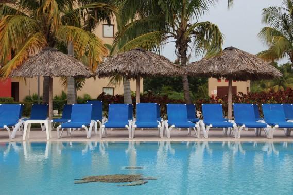 Des chaises sont disposées pour les clients autour de la piscine duRiu Varadero. (PHOTO MARIE-ÈVE MORASSE, LA PRESSE)