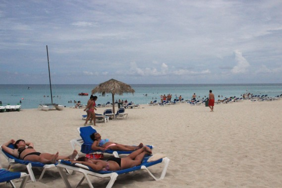 La plage du Barcelo Solymar est longue et les chaises ne manquent pas. (PHOTO MARIE-ÈVE MORASSE, LA PRESSE)