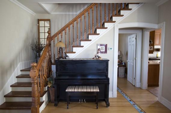 Les premières marches de l'escalier ont retrouvé leur orientation d'origine, lorsqu'on a reconverti le duplex en maison unifamiliale. (Photo Robert Skinner, La Presse)