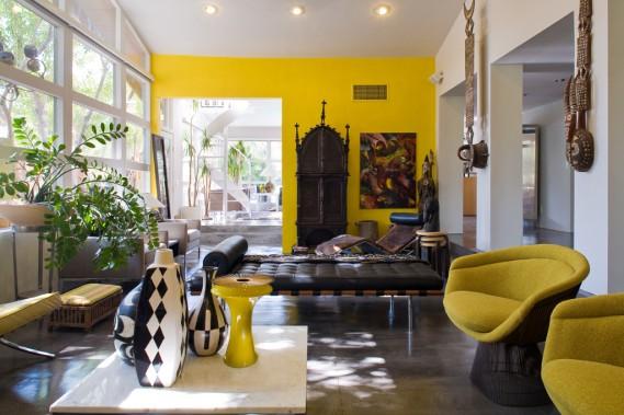 Meubles en ébène, masques sur murs blancs, couchette en cuir et poteries aux motifs africains: le propriétaire de cette maison a réalisé une superbe composition sur fond de couleur jaune, très ensoleillée. (PHOTO DARIUS KUZMICKAS, COLLABORATION SPÉCIALE)