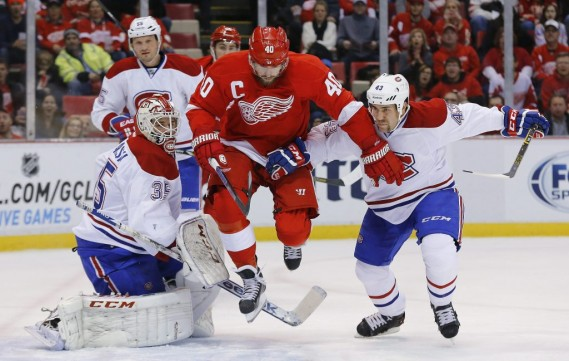 Henrik Zetterberg se fraye un chemin dans la défense montréalaise. (Photo AP)