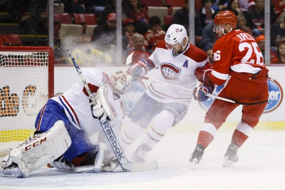 Dustin Tokarski intervient pour faire avorter la menace de Tomas Jurco. (Photo USA TODAY Sports)