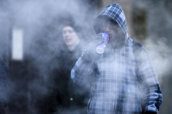 À philadelphie, les passants frigorifiés tentent par tous les moyens de se réchauffer. (Associated Press)