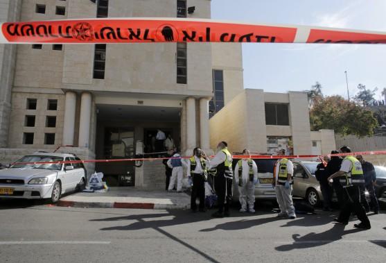 Deux terroristes palestiniens ont franchi le seuil de la synagogue à l'heure de la prière matinale. Armés d'une hache, d'un couteau de boucher et d'un pistolet, ils ont tué cinq personnes et en ont blessé plusieurs autres. (PHOTO AMMAR AWAD, REUTERS)