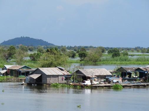 <em>L'Indochine</em> croise ici et là des villages flottants où la plupart des habitants pratiquent la pisciculture. (Photo Andrée Lebel, La Presse)