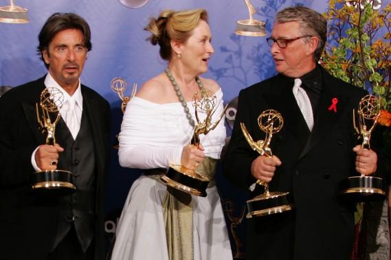 Al Pacino et Meryl Streep en compagnie du réalisateur Mike Nichols (à droite), honorée pour la série «Angels in America» aux 56es Emmy Awards en septembre 2004.<strong></strong> (Photo: archives Reuters)