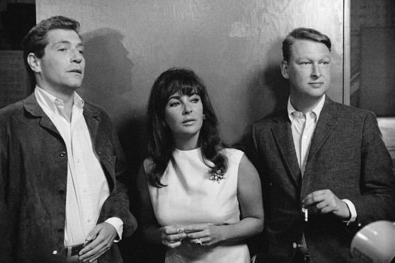 George Segal, Elizabeth Taylor et Mike Nichols sur le tournage du film «Who's Afraid of Virginia Woolf?» en octobre 1965. ()