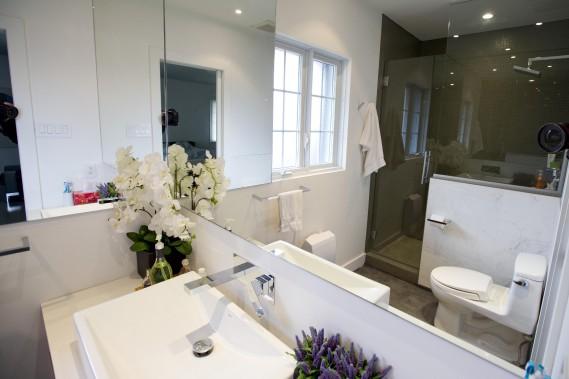 Les murs de la salle de bains à l'étage sont vert pomme éclatant. (PHOTO ALAIN ROBERGE, LA PRESSE)
