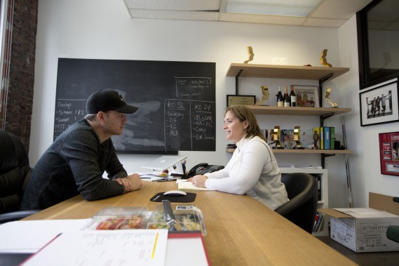 <strong>12h30: BUREAUX DE KOTV, VIEUX-MONTRÉAL</strong> :Réunion stratégique dans le bureau de Louis Morissette avec Josée Daignault, sa collègue depuis neuf mois. (Photo: François Roy, La Presse)