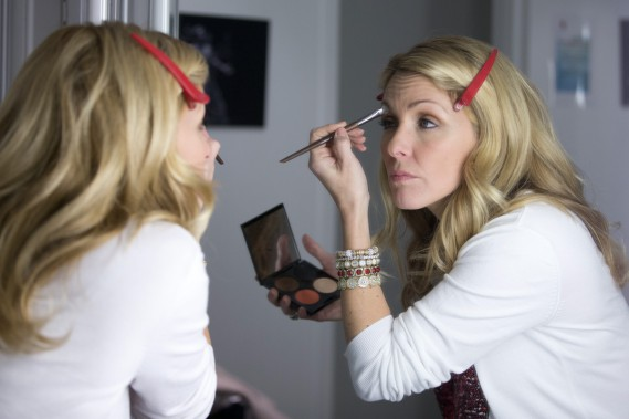 <strong>19h33</strong>: <strong>PRÉPARATION EN COULISSES</strong> : Dans sa loge, Véronique Cloutier commence à apporter des retouches à son maquillage. (Photo: François Roy, La Presse)