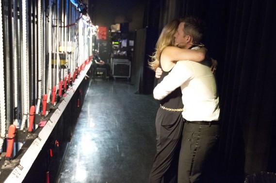 <strong>20h06</strong>: <strong>DÉBUT DU SPECTACLE</strong> : Véronique Cloutier et Louis Morissette s'enlacent une dernière fois avant de monter sur scène. (Photo: François Roy, La Presse)
