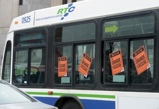 Des centaines affiches au couleurs du regroupement syndical ont été posées sur les autobus du RTC. (Le Soleil, Erick Labbé)