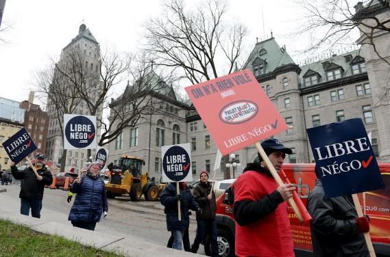 Des dizaines de syndiqués ont manifesté devant l'hôtel de ville de Québec. (Le Soleil, Erick Labbé)