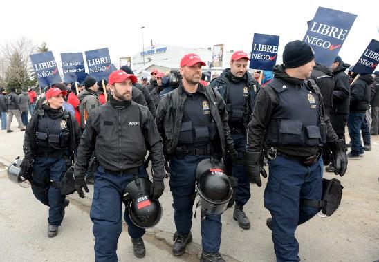 Tôt mercredi, les manifestants ont bloqué l'entrée du chantier de l'amphithéâtre. Les policiers ont fait appel à l'escouade anti-émeute, mais tout s'est terminé dans l'ordre. (Le Soleil, Erick Labbé)