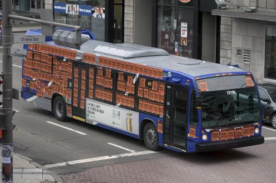 Des centaines affiches au couleurs du regroupement syndical ont été posées sur les autobus du RTC. (Le Soleil, Patrice Laroche)
