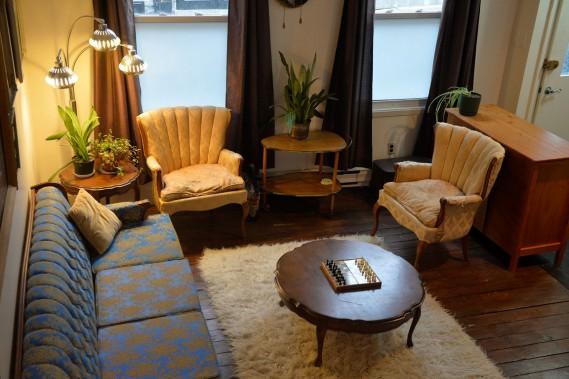 Julie a hérité du mobilier provincial français bleu et doré de ses grands-parents. (Le Soleil, Pascal Ratthé)