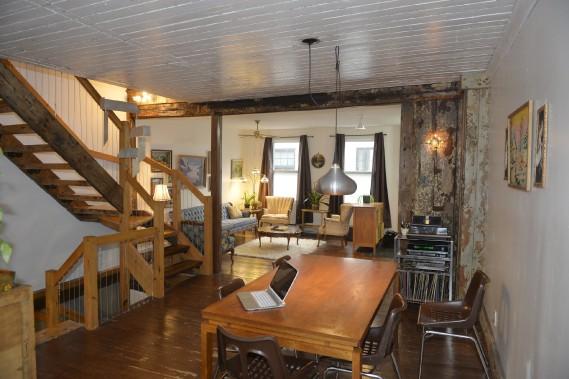 La demeure était très cloisonnée à l'achat, en 2006. L'ouverture du rez-de-chaussée permet aujourd'hui de faire circuler la lumière dans l'aire de vie principale. (Le Soleil, Pascal Ratthé)