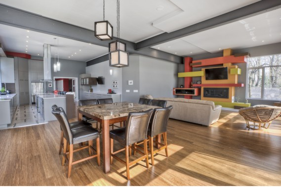 Cest un meuble de rangement haut en couleur destiné à laudio-vidéo et au foyer qui vole la vedette. Un très résistant parquet de bambou recouvre la plupart des sols. (Photo fournie par Sotheby's International Realty Québec)